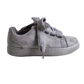 Γκρι sneaker σουέτ με δύο διαφορετικά κορδόνια